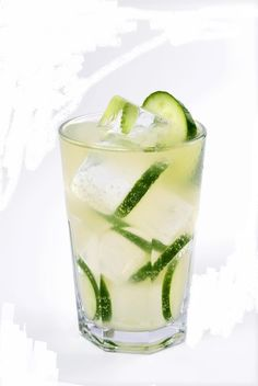 Zielona MIla - drink z żołądkową gorzką i ogórkiem Vodka Drinks, Cocktails, Drinks Alcohol Recipes, Non Alcoholic Drinks, Wine Drinks, Mojito, Pineapple Juice, Glass Of Milk, Cucumber