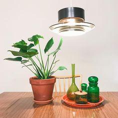 Monster på bord #retroinredning #retro #monstera Desk Lamp, Table Lamp, Interior Design, Retro, Lighting, Instagram Posts, Home Decor, Nest Design, Decoration Home