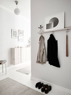 From the living room to the bedroom, kitchen and even hallway, every little corner of this home is decorated to perfection – all in the same white, beige and grey color palette. This light grey and beige combo has a … Continue reading → Design Scandinavian, Scandinavian Apartment, Scandinavian Interiors, Scandinavian Hallway Furniture, Swedish Design, Nordic Design, Appartement New York, White Floorboards, Decoration Entree