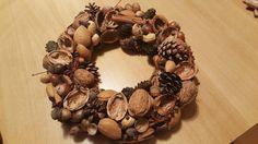Adventní věnec z ořechů, šišek a koření