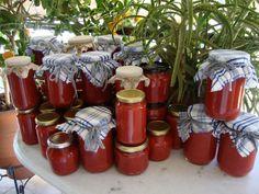 Ντοματοπολτός σε βαζάκια Homemade Dressing, Preserving Food, Preserves, Salsa, Recipies, Frozen, Food And Drink, Gift Wrapping, Table Decorations