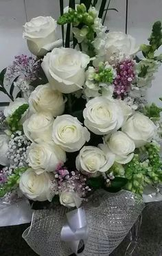 Beautiful Flowers Pictures, Flower Pictures, Amazing Flowers, Beautiful Roses, Contemporary Flower Arrangements, Beautiful Flower Arrangements, Floral Arrangements, White Roses, White Flowers