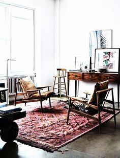 Pimpelwit : retro - rug - white walls - interesting mixed of furniture