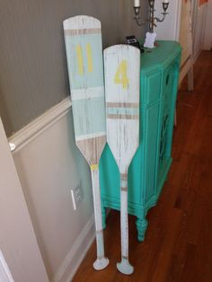 Paddles and Oars Diy Wood Projects, Painted Oars, Decor Crafts, Painted Furniture, Cheap Decor, Beach Room, Rustic Beach Decor, Nautical Room, Beach Inspired Decor