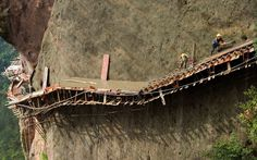 Imágenes impactantes de las construcción de un sendero por trabajadores