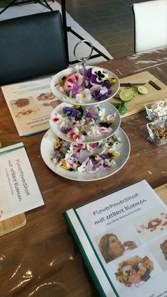 Lekker smikkelen van en werken met eetbare bloemen tijdens een van de workshops.