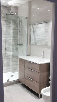 Bathroom fittings: explanatory guides, estimated prices- Small modern bathroom in Valencia. Marble Bathroom Floor, Bathroom Tile Designs, Wood Bathroom, Modern Bathroom, Bathroom Ideas, Large Bathrooms, Amazing Bathrooms, Small Bathroom, Bad Inspiration