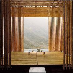 Une villa en bambou et en verre face à la Grande Muraille. Au centre du bâtiment, le salon en plein air revisite de façon contemporaine la tradition de la maison de thé japonaise.