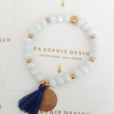 Armband mit weißen Facettperlen, kleiner Buddhaperle, Boho Charm und Bommel  Dieses Armband ist personalisierbar. Andere…