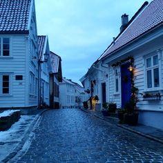 Winter in old town of Stavanger... all dressed in white.... #trail #travel #travelstoke #wanderlust #exploreeurope #explore #darlingweekend #darlingtravel #picoftheday #scandinavia #norwegiannature #nordic #norway #staycation #stavangerblogger #stavanger #oldtown #cityscape #city #NordicTB #regionrogaland @jærbladet @aftenbladet @visitnorway