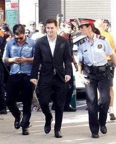 """Messi chegando para depoimento em tribunal de Gava : Olá pessoal,  Hoje o Messi compareceu logo cedo à um tribunal em Gava, para prestação de esclarecimentos sobre uma acusação de fraude fiscal, Messi foi recebido por centenas de fãs que gritavam """"É o melhor do mundo"""" e """"Viva Messi"""". Além dos inúmeros fãs e jornalistas, os comerciantes locais também agradeceram a presença de Messi, pois"""