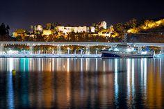 Málaga está de moda - Date una vuelta por su Centro Histórico y descubre sus rincones. Para terminar, al atardecer, llégate al Muelle Uno para contemplar La Alcazaba y el Castillo de Gibralfaro desde la Farola.