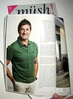 El presentador Antonio Hidalgo con polo verde botella de THE FROG & Co.