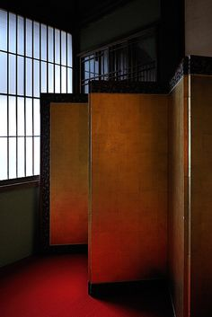 This picture combines screen love with japanese purity - would work well in a transitional interior such as a hallway.