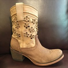 These floral boots with handcrafted details are handmade of lizard leather with carved details by Cuadra artisans. Shop in Vancouver or online within Canada. #cuadraboots #handmadeboots #leatherboots #womensboots #westernboots #cowgirlboots #leathercraft #handmade #handcrafted #rodeo #madeinmexico #westerngirl #westernstyle #countrystyle #womenstyle  #unique #vancouverstyle #calgarystampede #vancouvershopping www.xixo.ca