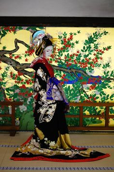 A woman dressed as a tayuu at a kimono photography experience.