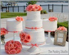 Si optas por el color coral en tu boda, entonces la tarta nupcial no puede ser menos