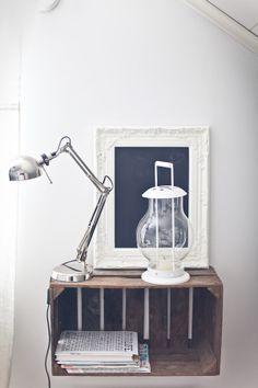 Yöpöytä vanhasta laatikosta Desk Lamp, Table Lamp, Cabin Ideas, Inspired Homes, Floating Nightstand, Bedroom, Diy, Inspiration, Furniture