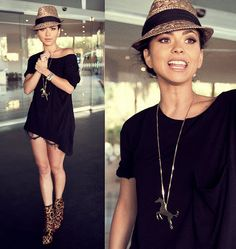 i have the hat and a tank and flats like that would pair it with skinny jeans!