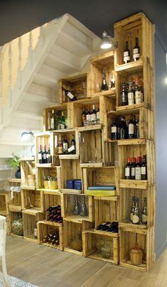 Estantería con cajas de madera bajo la escalera, en el bar/restaurante Los Templarios de Badajoz, por Artefactum.