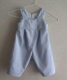 Patron à retracer pour réaliser une salopette pour bébé. Elle se ferme dans le dos par 2 boutons et une pression.   Taille : 3 à 18 mois.