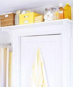 Étagère au-dessus de la porte pour gagner de la place dans une petite salle de bain