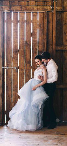 7ec9fb241fefc7c Это оригинальное голубое свадебное платье с воланами от салона @fataiperya  напоминает по стилю и силуэту свадебные платья 2018 от Hayley Paige (Хейли  Пэйдж) ...