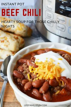 There are few things in life that a good ol' bowl of Instant Pot Chili can't cure! This hearty soup chilli recipe is perfect for those cold months. Chilli Recipes, Beef Recipes, Cooking Recipes, Healthy Recipes, Cooking Chili, Healthy Chili, Recipies, Cooking Lamb, Yummy Recipes