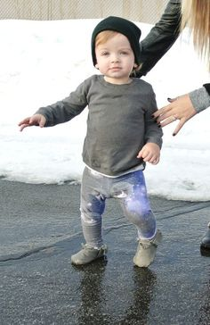 omg this kid in his galaxy cat leggings