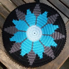 Ronde pannenlappen | www.simpelhandwerk.nl- this is a pot holder but inspiration for a rug