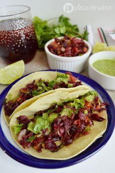 Disfruta de unos deliciosos tacos de jamaica a la mexicana con mi receta sencilla y muy fácil de preparar. Esta versión saludable de tacos te encantará!