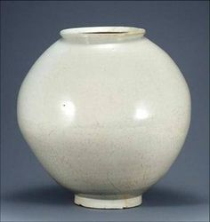 It is called Dalhangari which means a moon jar. The type of this jar is Josepn Baekja which refers to Joseon white porcelain produced during the Joseon Dynasty Korean porcelain is cate. Korean Pottery, Moon Jar, Chawan, Pottery Designs, Korean Artist, Black Pattern, White Porcelain, Green And Grey, Ceramics