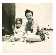 Judy Garland & Liza Minnelli enjoy a relaxing of July weekend in Cape Cod, Judy Garland Liza Minnelli, Hollywood Stars, Hollywood Glamour, Hollywood Beach, Vintage Hollywood, Classic Hollywood, Old Movie Stars, Julie Andrews, Classic Films