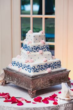 Navy blue and pale pink make for a lovely wedding cake color palette!