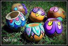 Resultado de imagen para mates pintados con acrilico Pebble Painting, Pottery Painting, Dot Painting, Painted Clay Pots, Painted Flower Pots, Hand Painted, Clay Pot Crafts, Diy And Crafts, Crafts For Kids
