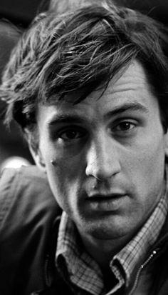 Robert De Niro nasce il 17 agosto 1943 a New York, nella chiassosa Little Italy. Il bisnonno dell'attore è italiano, molisano di Ferrazzano (Campobasso), la bisnonna è irlandese. #ferrazzano #molise #italy Repinned via Maribel