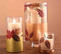 Herbstblätter mit Serviettentechnik an den Glasvasen befestigen