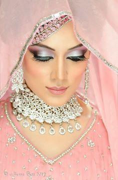 Gorgeous eastern bridal eye make up ideas (21)