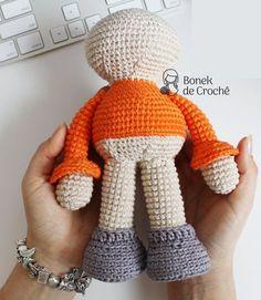 Boneca de Crochê – Corpinho Passo a Passo – Bonek de Crochê Easy Amigurumi Pattern, Amigurumi Tutorial, Doll Tutorial, Amigurumi Doll, Crochet Dolls, Crochet Hats, Amigurumi For Beginners, Crochet Animals, Crochet Projects