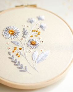 Hand Embroidery Patterns Flowers, Basic Embroidery Stitches, Hand Embroidery Videos, Embroidery Flowers Pattern, Embroidery Hoop Art, Hand Embroidery Designs, Embroidery Techniques, Cross Stitch Embroidery, Modern Embroidery