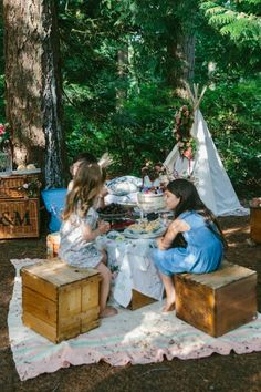 A teepee, gorgeous floral arrangements, and a delicious dessert spread. This outdoor party combines rustic touches with a bohemian style for a positively dreamy look. Forest Party, Woodland Party, Flamingo Party, Bohemian Party, Bohemian Style, Wedding Photography With Kids, Kids Corner, Childrens Party, Tea Party