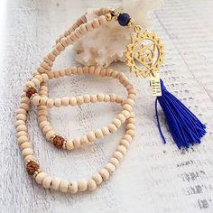 """Ref:C02132 Mala Chakras (5.Quinto chakra) CHAKRA DE LA GARGANTA. """"VISHUDHA"""" Color Azul.  Sentido del yo dentro de la sociedad y de la profesión de cada cual. Objetivos y metas. YO HABLO.  @pavoirreal #pavoirreal #necklace #malas #chakras #naturalstone #jewelry #golden  #style #mystyle #handmade #design #colombiandesign #style #biyoux #musthave #handcrafted #yocomprocolombiano💯✔️"""