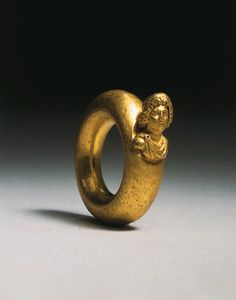 A ROMAN GOLD FINGER RING -  CIRCA 1ST-2ND CENTURY A.D.