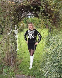Happy Halloween  Für mein Halloween Video habe ich sogar ein passendes Outfit zusammengestellt. Skelett geht doch immer.  Verkleidet ihr euch heute? Schmeißt ihr eine Party? Wir verbringen den Abend nur gemütlich zu Hause - nix besonderes. Macht aber super viel Spaß gruselige Snacks vorzubereiten. Dazu aber mehr auf MamaBirdie (YouTube). Habt einen tollen Tag! #halloweencostume #halloween #skeleton #skelett #outfit #ootd Outfit Zusammenstellen, Happy Halloween, Sporty, Snacks, Youtube, Sweaters, Instagram, Dresses, Style