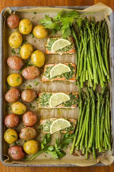 25 Quick and Easy Whole30 Sheet Pan Meals - Whole30 meals have never been easier with these super delicious sheet pan meals! Quick, easy prep, and no fuss clean up! | tastythin.com