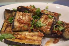 Le melanzane in padella sono un contorno gustoso e dietetico, da preparare con poco olio e che si presta a numerose varianti con pomodorini oppure con peperoni o zucchine.