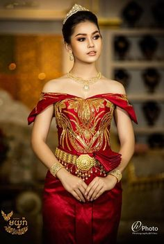 khmer wedding costume Cambodian Wedding Dress, Thai Wedding Dress, Khmer Wedding, Red Wedding Dresses, Thai Traditional Dress, Traditional Outfits, Thai Fashion, Thai Dress, Wedding Costumes