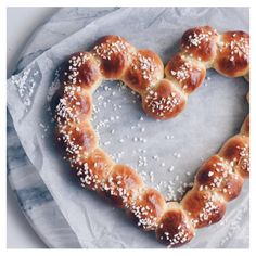 Sunday, my favorite ✨// Aina vois olla sunnuntai❣️Tänään valmisteltiin vähän Ystävänpäivän juttuja. ❤️-pullakranssin leivoin blogini… Sunnuntai, Doughnut, Valentines Day, Food And Drink, Baking, Party, Desserts, Drinks, Valentine's Day Diy