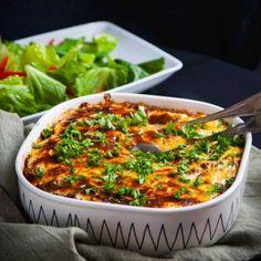 Krämig gratäng med sallad - Recept - Tasteline.com