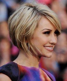 Carré court légèrement plongeant sur cheveux blonds avec mèches. //  Short bob on blonde hair with hightlights.